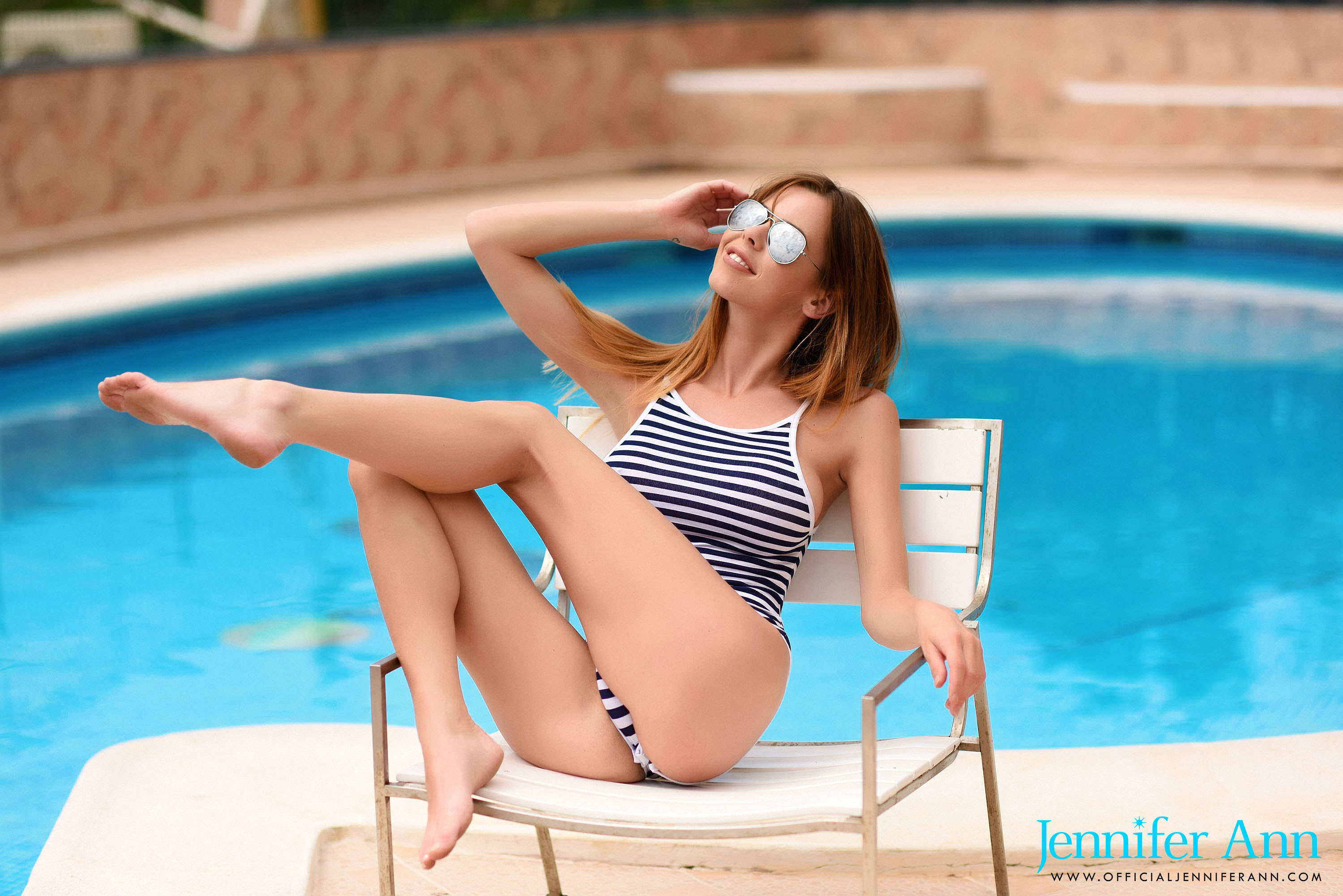 London pin up gets nude by the pool