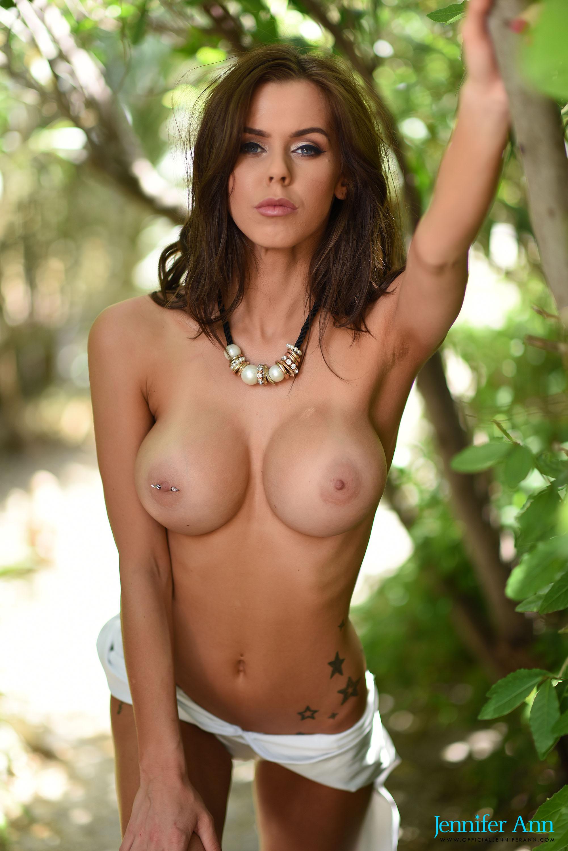 Jennifer gets naked in the back garden – British Girls